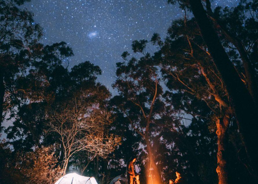 Ein Campingzelt wie auf dem Campingplatz Naturpott Borkenberge bei Nacht