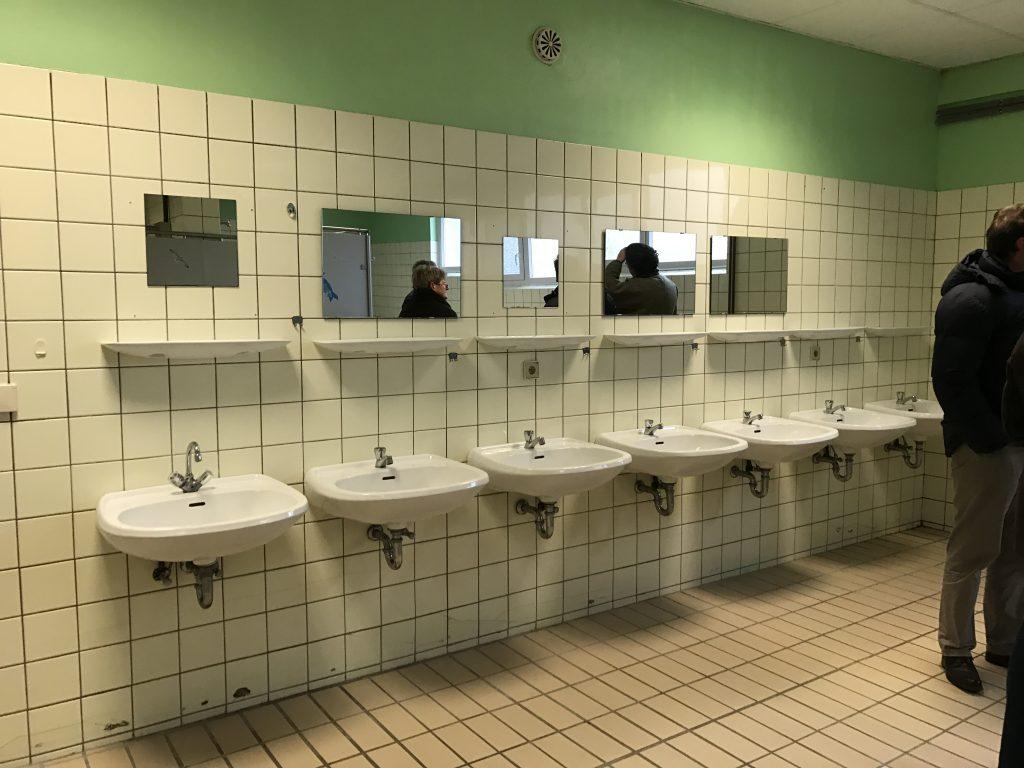 Die Waschbecken auf dem Campingplatz Naturpott Borkenberge, bevor sie renoviert wurden