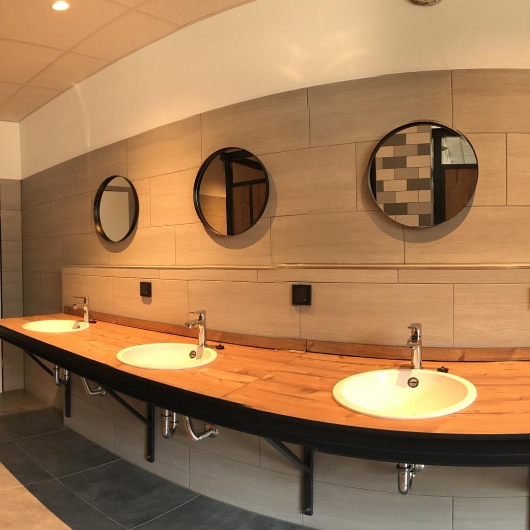 Im Naturpott Borkenberge erlebt man ein frisch renoviertes Duschhaus. Waschbecken und Duschen nehmen Holz- und Stahlelemente des Ruhrgebiets auf.